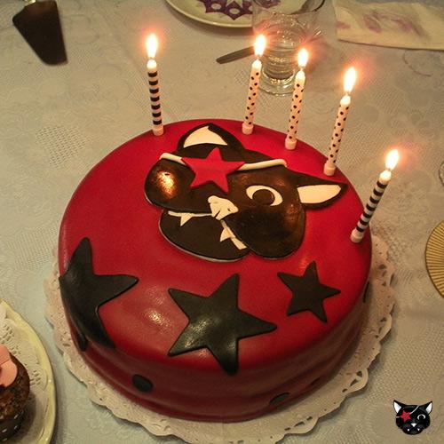 Tarta fondant Gato Pirata con velas encendidas, celebración